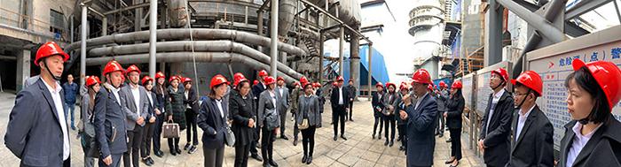王总经理为荣盛工作人员现场讲解循环流化床锅炉内衬耐火材料知识